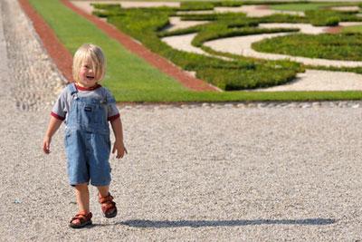 kind in schönbrunn