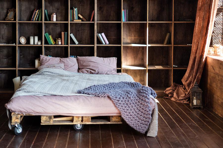 Ein Bett aus Europaletten selbst bauen – so wird es gemacht